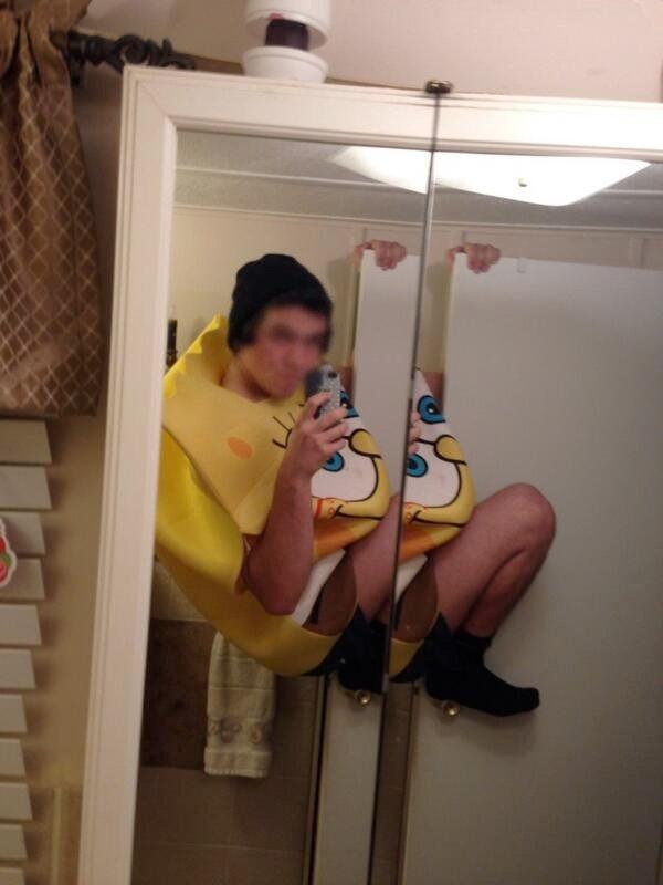 Фото парней с цветами в зеркале