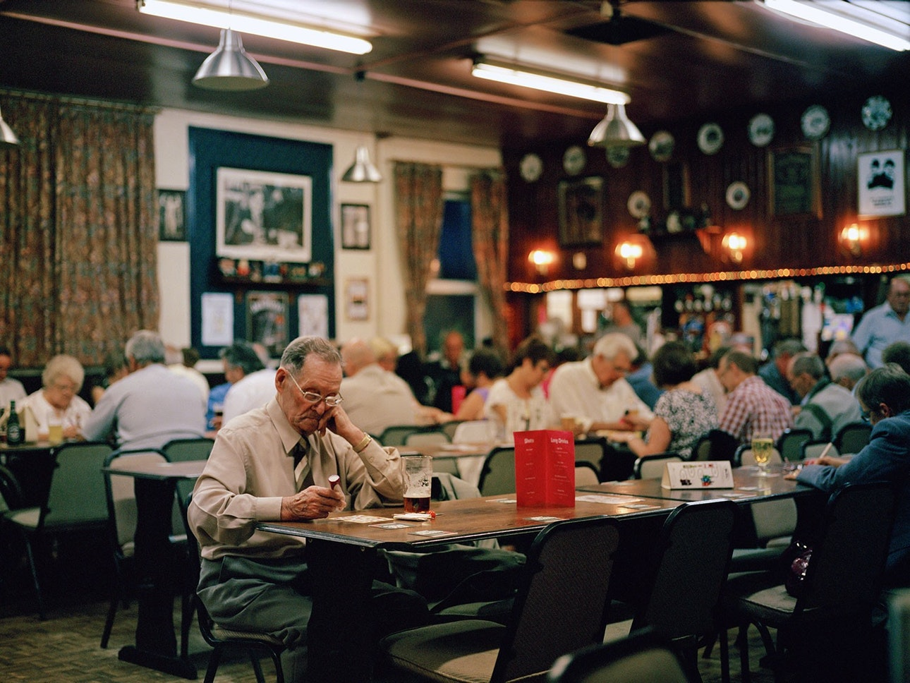 Мужчина играет в бинго в «доме культуры» «Бутис» в Мэнсфилде. Такие клубы  стали появляться в XIX веке в промышленных районах Великобритании, ... 5ff4ce5726d