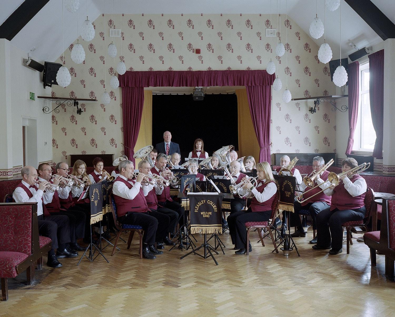 Духовой оркестр «Плизли» репетирует в клубе горняков. Духовые оркестры стали  зарождаться благодаря владельцам шахт, которые стремились поощрять музыку. 0e93e808a35