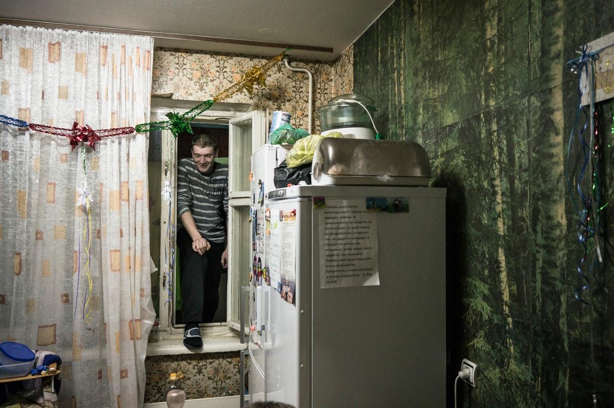 Белый ангел: Нильс Акерманн о любви и скуке рядом с Чернобыльской АЭС. Швейцарский фотограф Нильс Акерманн. Человек заходит в квартиру через окно. Интернет-журнал birdinflight.com.