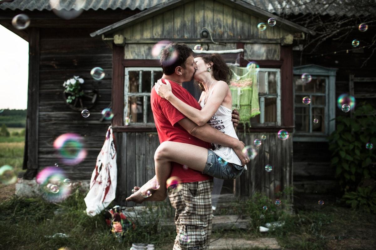 Белый ангел: Нильс Акерманн о любви и скуке рядом с Чернобыльской АЭС. Швейцарский фотограф Нильс Акерманн. Поцелуй на фоне мыльных пузырей. Интернет-журнал birdinflight.com.
