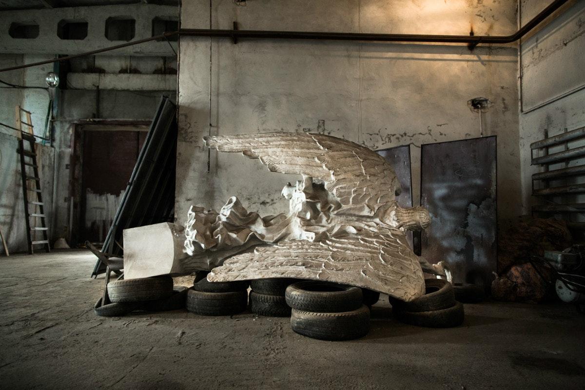 Белый ангел: Нильс Акерманн о любви и скуке рядом с Чернобыльской АЭС. Швейцарский фотограф Нильс Акерманн. Статуя белого ангела. Интернет-журнал birdinflight.com.