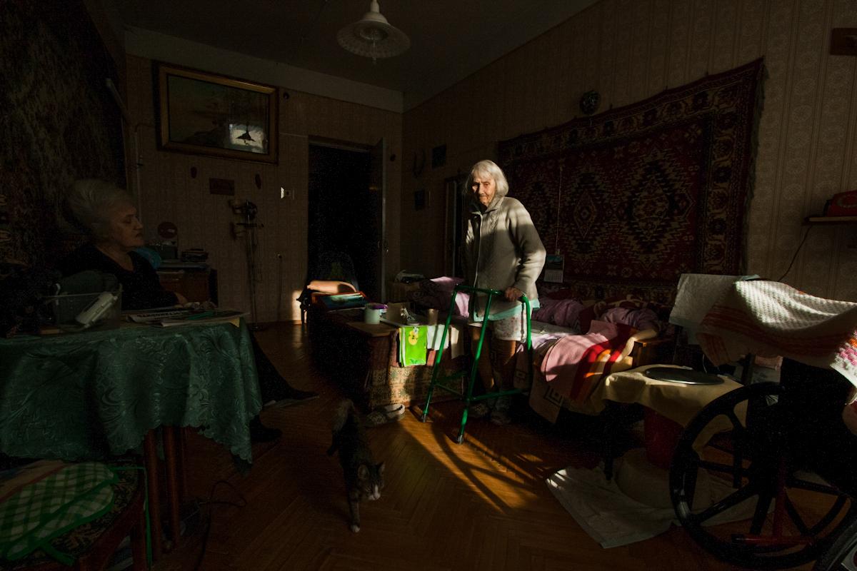 В первой половине дня, пока папа был на работе, за бабушкой смотрела тётя Лена (слева). Каждый день она заставляла бабулю делать упражнения: стоять, опираясь на ходунки, так долго, как только сможет