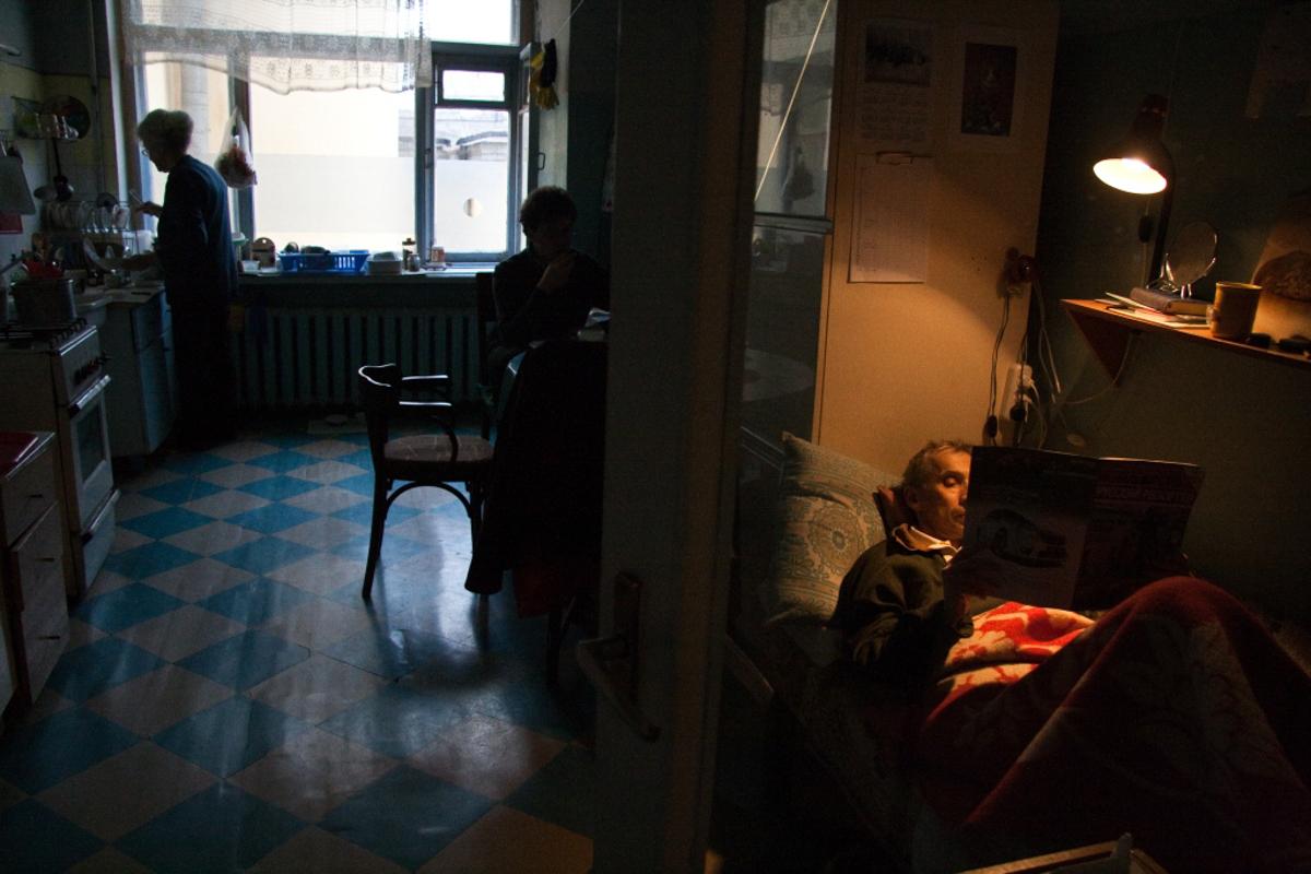 На кухне. Отец читает журнал «Русский репортёр», тётя Лена кашеварит