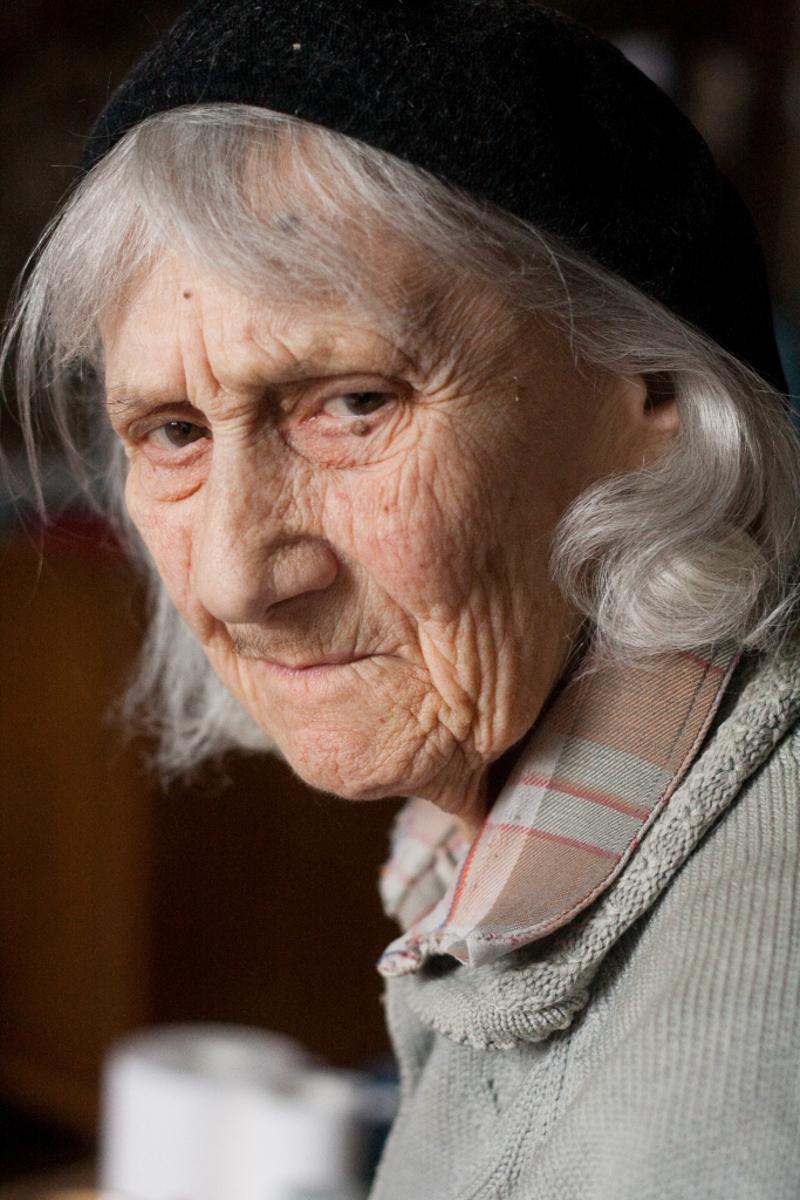Бабушка плохо видела и слышала, поэтому обычно не замечала, что я фотографирую. Однажды я подошла так близко, что она увидела камеру и сказала: «Я старая. Не трать на меня плёнку. Я уже не человек, а полчеловека»