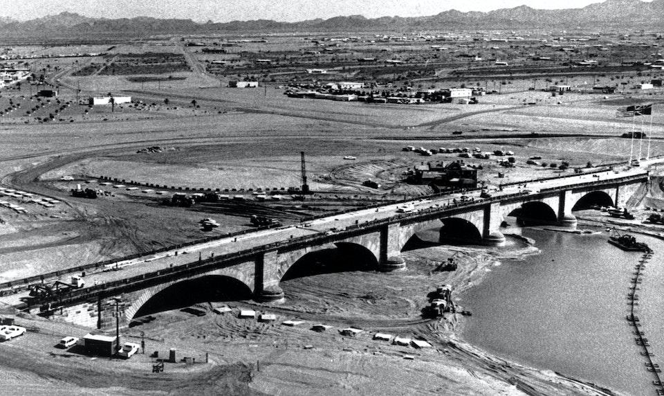 Монтаж Лондонского моста в Лейк-Хавасу-Сити, 1971 год. Фото: AP Photo / East News