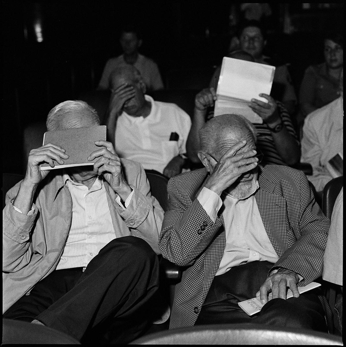 Серия «Процесс». Бывшие военные прячут лица от фотографа во время процесса, на котором аргентинское государство обвиняет их в преступлениях против человечества, совершённых во времена военной диктатуры.