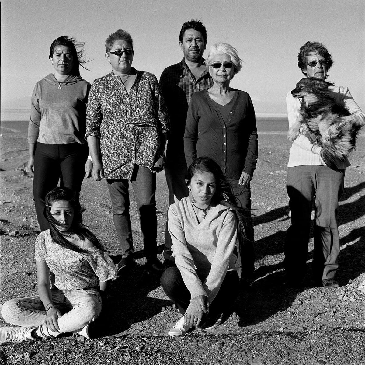Из серии «Портреты». Родственники пропавших в Каламе (Чили) рядом с братской могилой, где захоронены 26 политических заключённых. После военного переворота 11 сентября 1973 года, организованного Аугусто Пиночета, чилийские военные сформировали группу «Караван смерти». Она работала на севере страны, допрашивала и пытала пленных. Мёртвых хоронили в отдалённых местах, и у их родственников не было никакой информации о том, что с ними произошло.