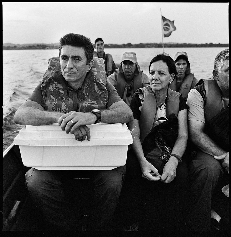 Антрополог Марко Антонио Гимараес везёт останки участника Арагуайской герильи в Бразилии. Во время диктатуры участников герильи арестовали, пытали и казнили в джунглях Амазонии. Шестьдесят человек, убитых военным режимом, до сих пор числятся пропавшими без вести.