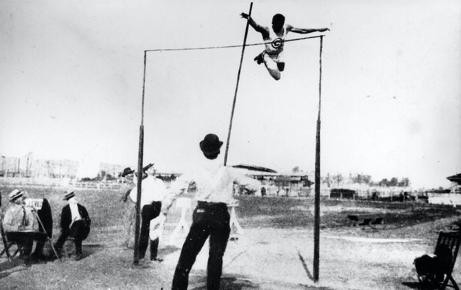 Американский прыгун с шестом Чарльз Дворак победил на Олимпиаде в Сент-Луисе с результатом 3,50 метра.Фото: AKG Images / East News