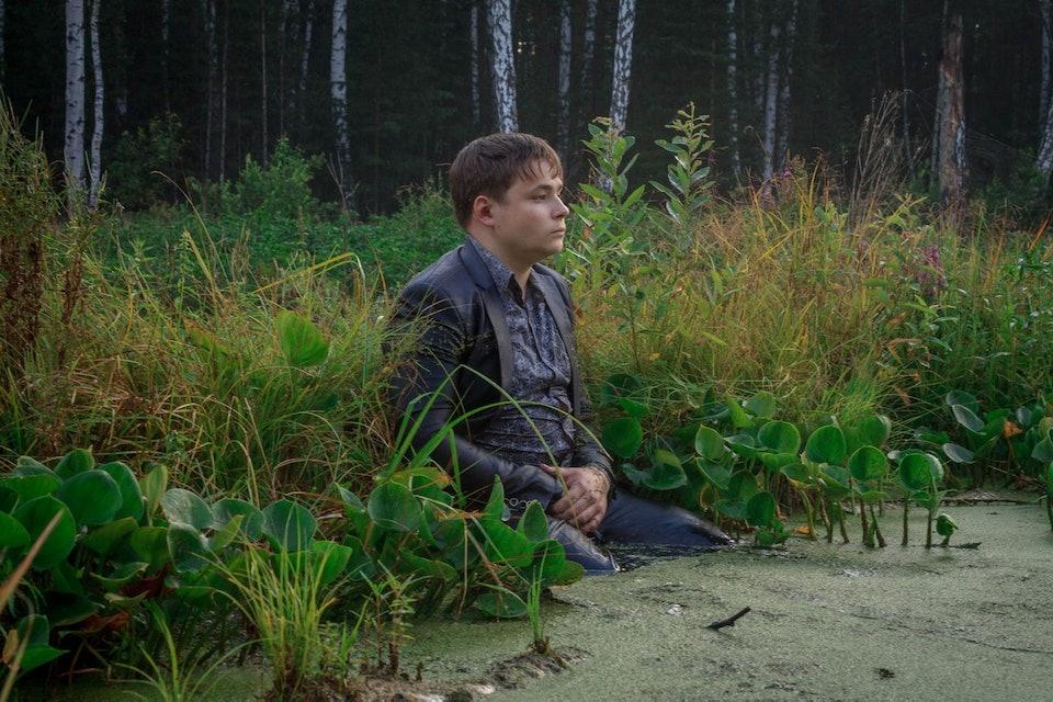 два брата сделали фотосессию в болоте
