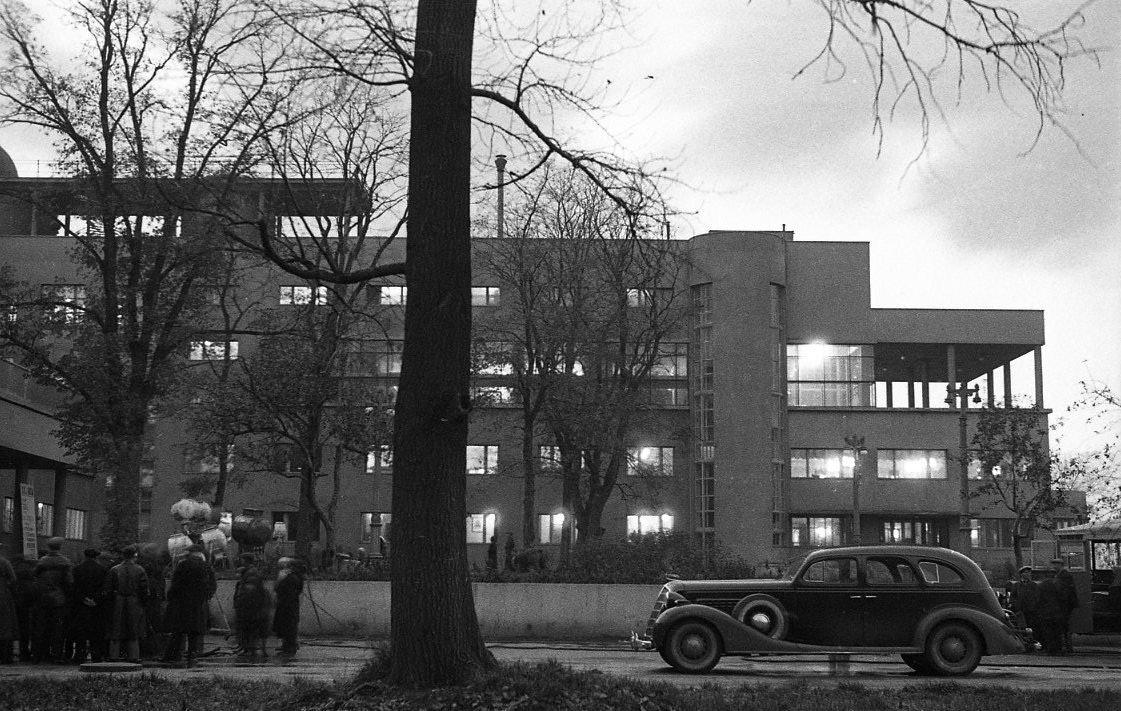 Эммануил Евзерихин.  Автомобили ЗИС-110  у Дворца культуры ЗИС. 1950-е