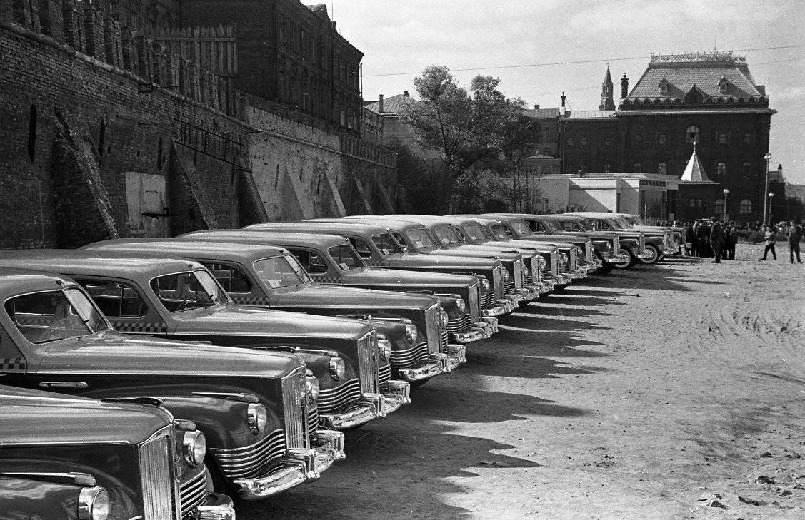 Эммануил Евзерихин. Стоянка такси (ЗИСы)  у Китайгородской стены. 1950-е годы