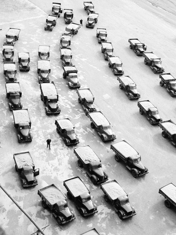 Юрий Абрамочкин. Кустанайская область. Машины с хлебом целины ждут разгрузки у элеваторов. 1962 год