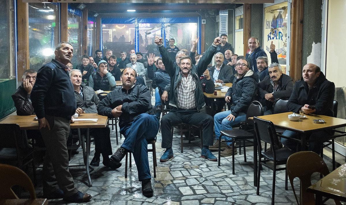 Mezczyzni ogladaja w telewizji wyniki wyborow parlamentarnych w Turcji.