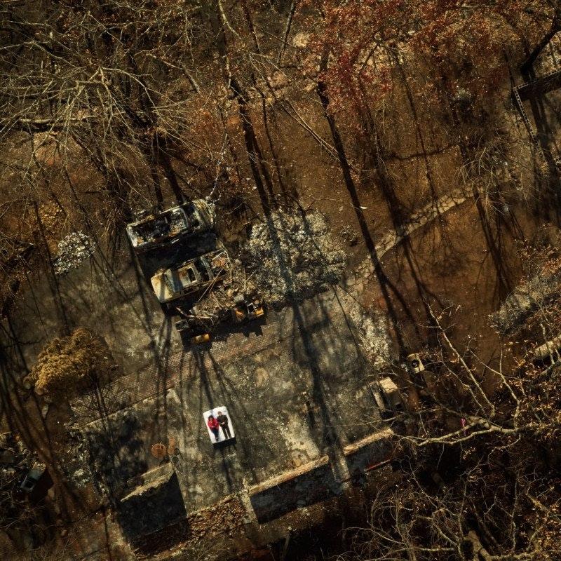Фотограф снял жителей американского города на руинах их сгоревших домов. Интернет-журнал birdinflight.com