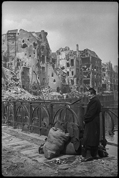 Берлин, май 1945На мосту через реку Шпрее.