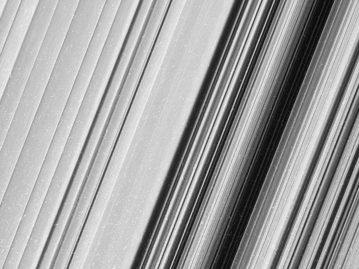 NASA выложило кадры колец Сатурна врекордном разрешении