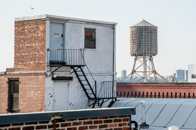 Водонапорная емкость на крыше дома