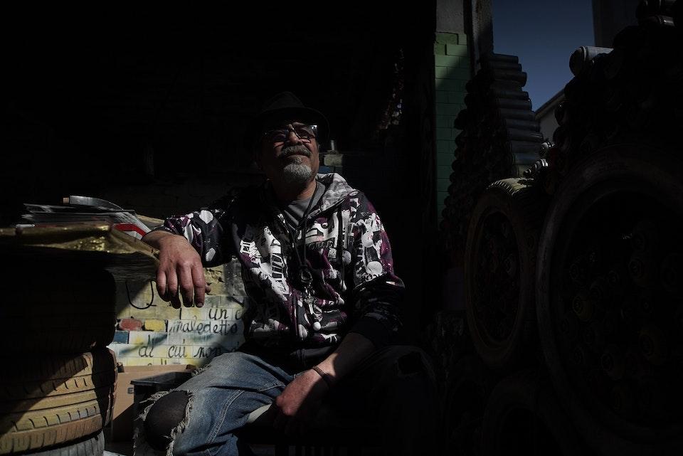 Приходи и рисуй: Как бездомный превратил заброшенную фабрику в музей граффити