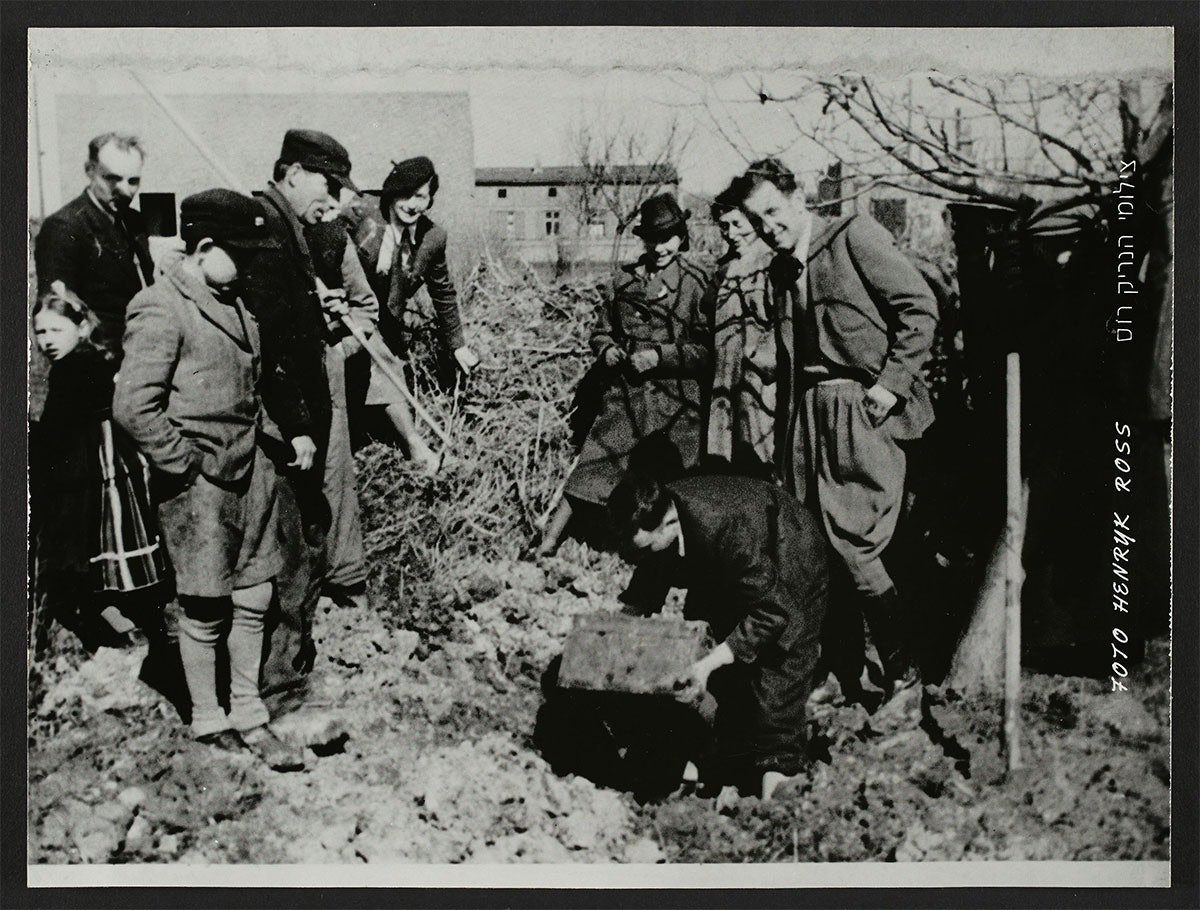 14.-Excavating-Henryk-Rosss-buried-box-of-negatives-and-documents-in-the-ghetto_Henryk-Ross