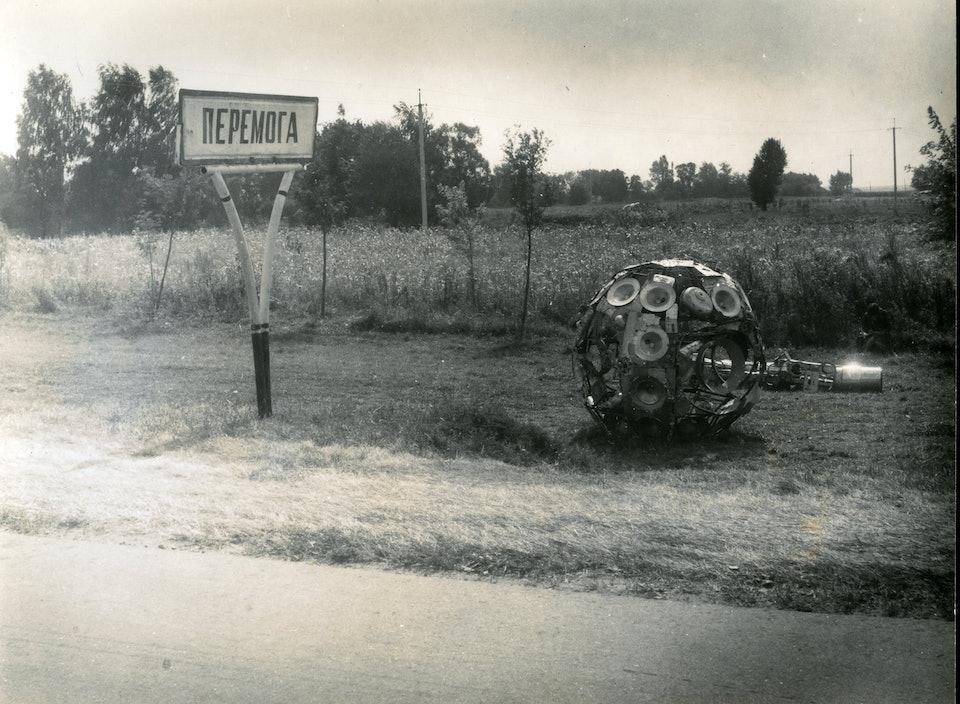 Биотехносфера, с. Победа, оформление автобусной остановки, 1984_из архива семьи художника-min