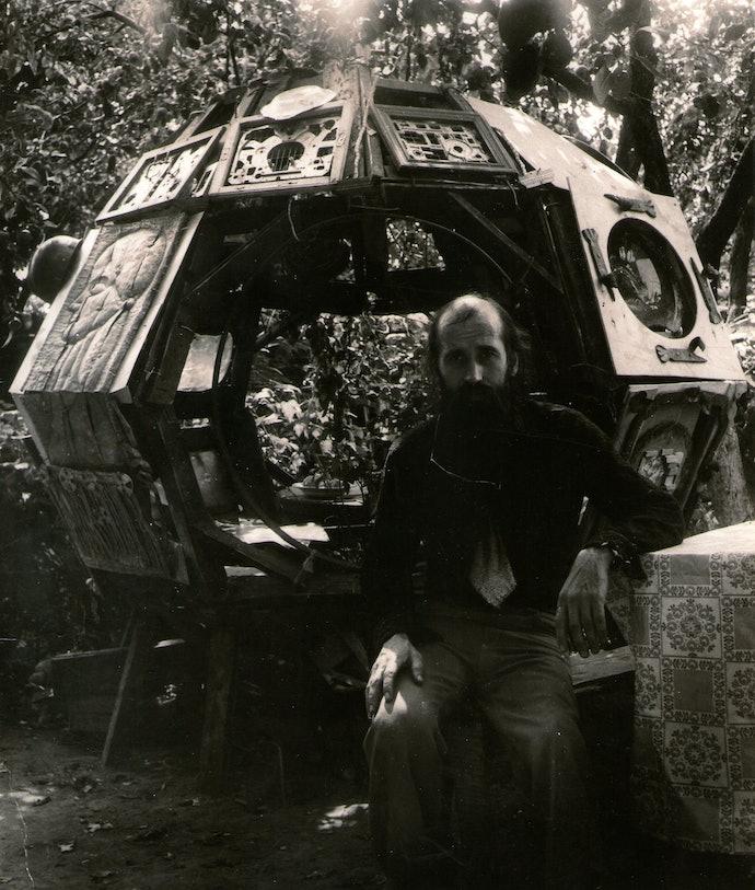 Ф. Тетяныч на фоне Биотехносферы, с. Княжичи, Киевская область, 1980-е_из архива семьи художника-min