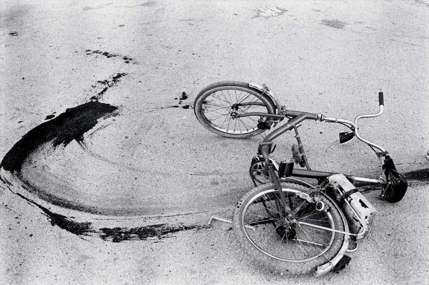 Annie-Leibovitz-Sarajevo-Fallen-Bicycle-of-Teenage-Boy-Just-Killed-by-a-Sniper-1994