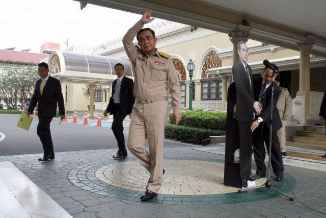 Премьер Таиланда предложил корреспондентам пообщаться сосвоей картонной копией