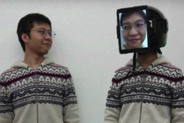 Японец создал «человеческий Uber», заменив пользователя «суррогатом» спланшетом налице