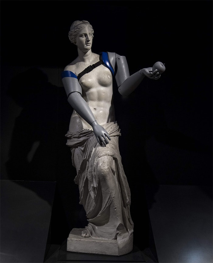 charity-gives-venus-de-milo-prosthetic-arms-french-campaign_01