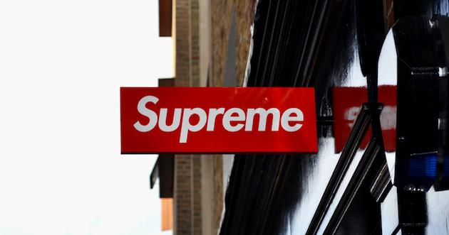 27135f9dc09 На днях китайский производитель одежды OXN устроил презентацию коллаборации  с американским брендом Supreme  якобы компании договорились о выпуске  совместной ...