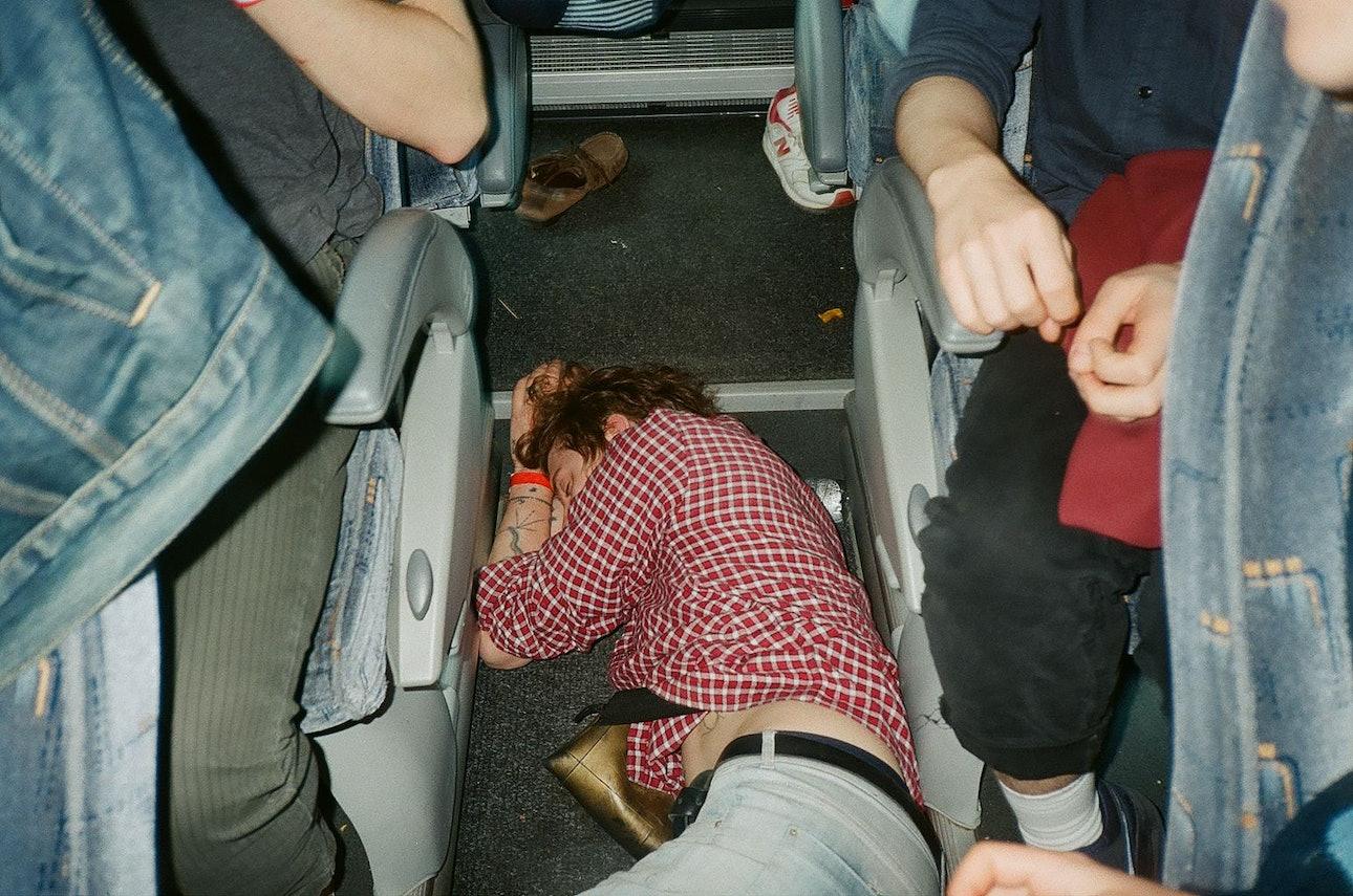 даня - барабанщик shortparis спит в автобусе