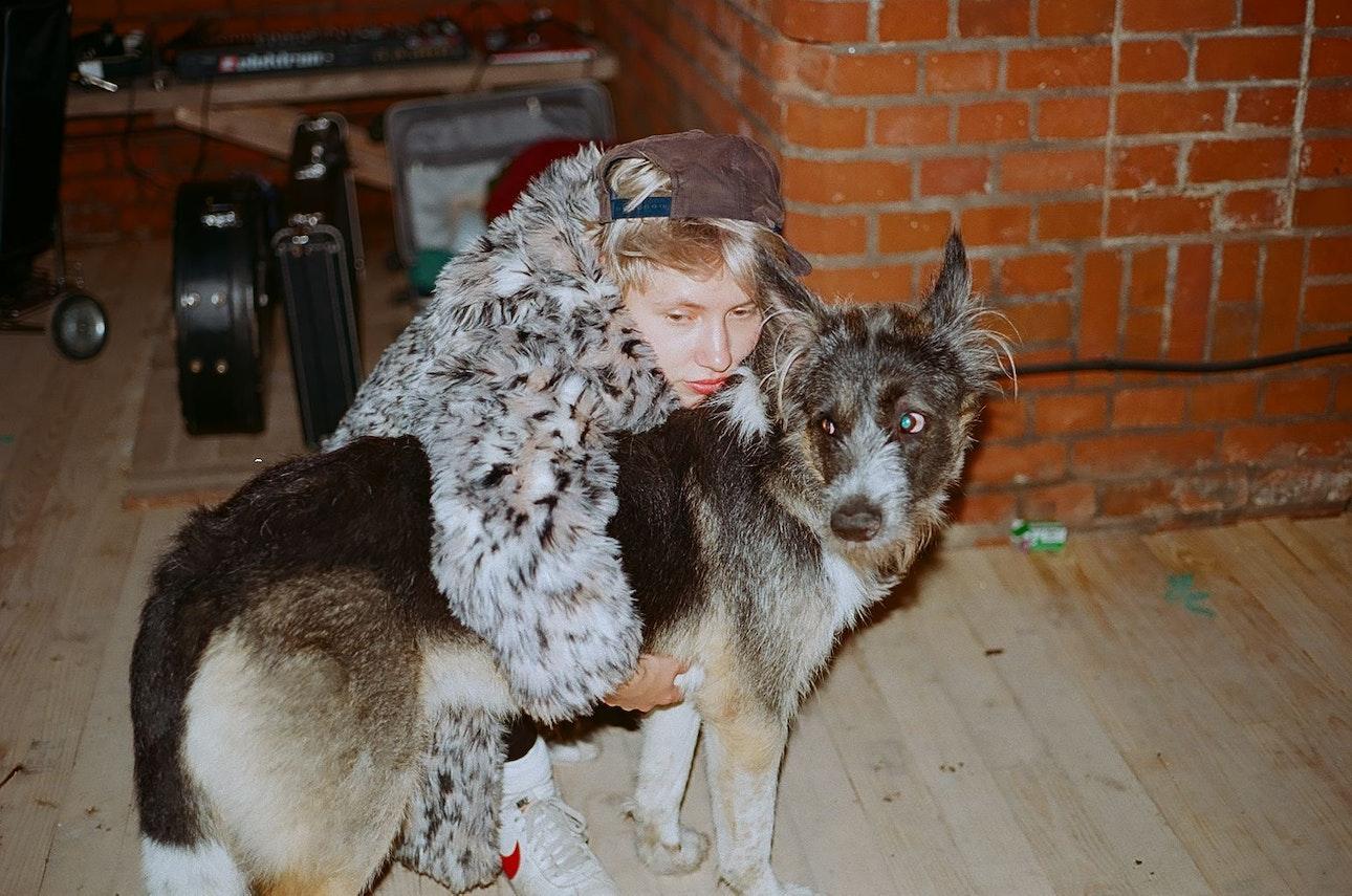 катя солистка гш в гримерке в калининграде с псом бандитом