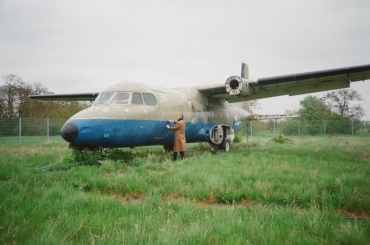 солист shortparis исследует аэропорт темпельхоф