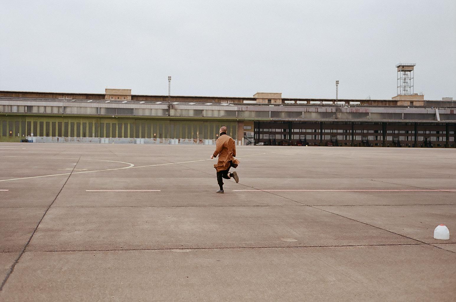 солист shortparis исследует аэропорт темпельхоф2