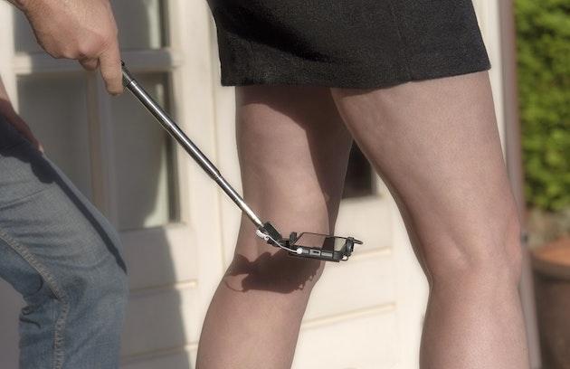 Голый апскирт задирает юбку на эскалаторе красивые девушки