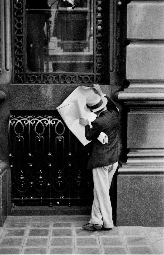 Horacio_Coppola_-_Buenos_Aires_1936_-_Avenida_de_Mayo_entre_Perú_y_Bolívar