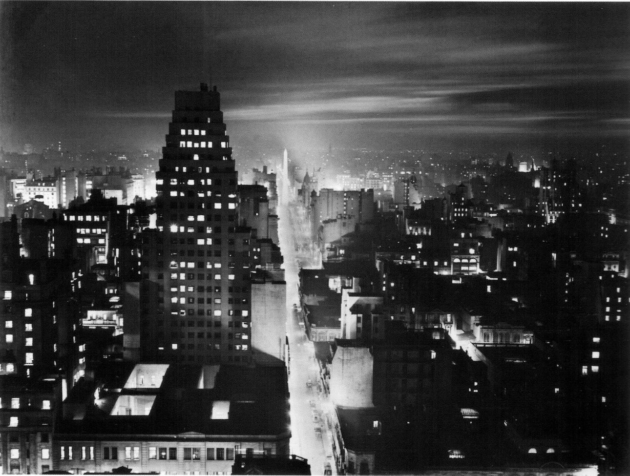 Horacio_Coppola_-_Buenos_Aires_1936_-_Corrientes_desde_el_edificio_COMEGA_nocturna