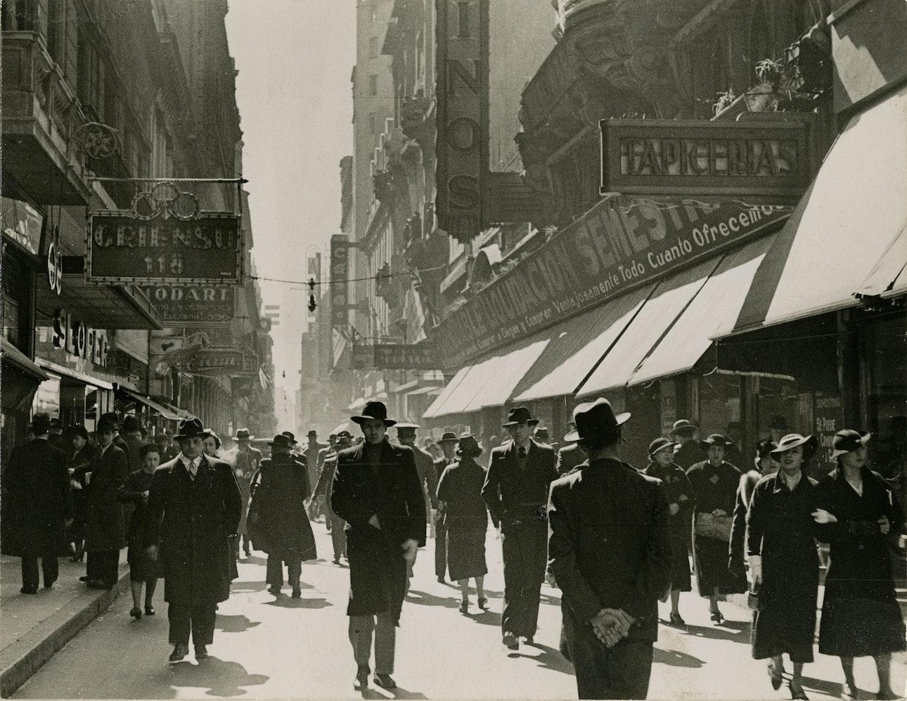Horacio_Coppola_-_Buenos_Aires_1936_-_Florida_y_Bartolomé_Mitre