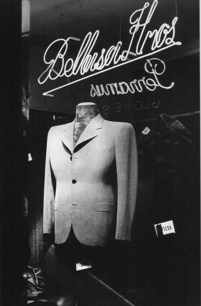 Horacio_Coppola_-_Buenos_Aires_1936_-_Vidriera_en_Sarmiento_y_Suipacha