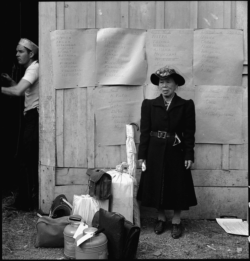 dorothea_lang_Centerville,_California._This_evacuee_stands_by_her_baggage_as_she_waits_for_evacuation_bus._Evacu_._._._-_NARA_-_537588