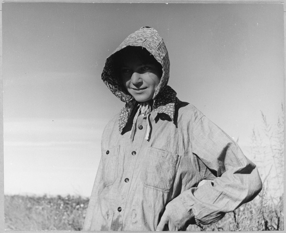 dorothea_lang_Eloy,_Pinal_County,_Arizona._Young_cotton_picker_wears_the_typical_Texas_sunbonnet_in_the_Arizona_co_._._._-_NARA_-_522235