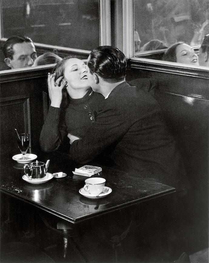 Couple d Amoureux dans un Petit Cafe Quartier Italie c1932 c Estate Brassai Succession Paris копия