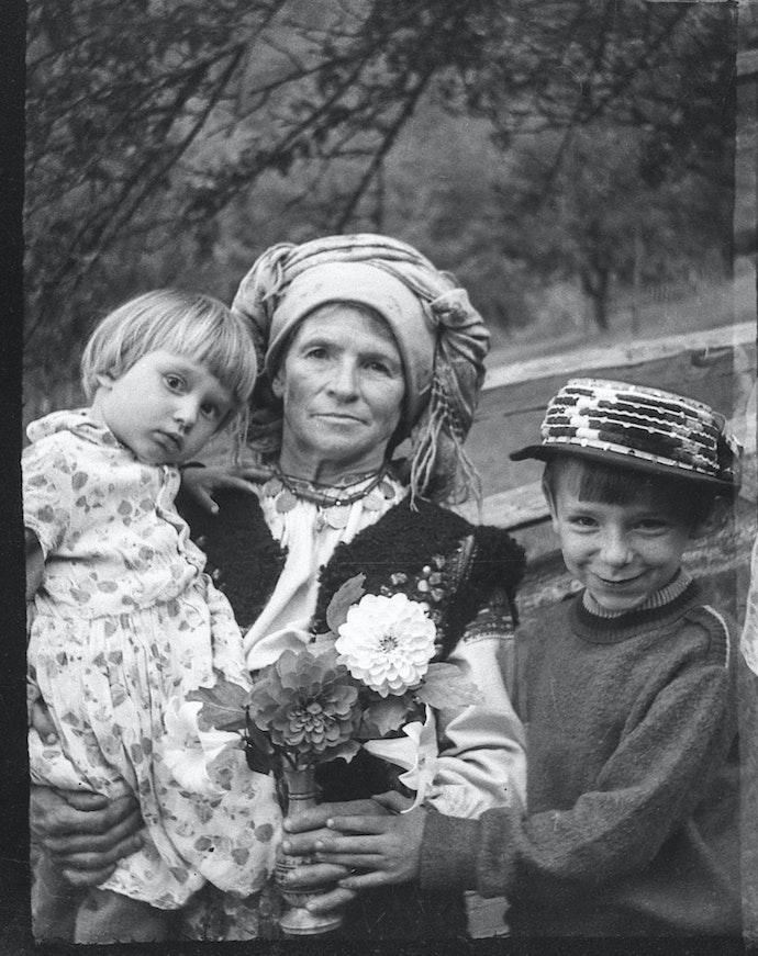 img989 дивная женщина с детьми
