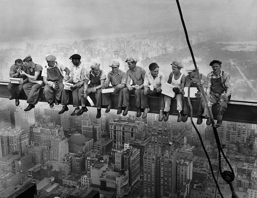 1024px-Lunch_atop_a_Skyscraper (1)