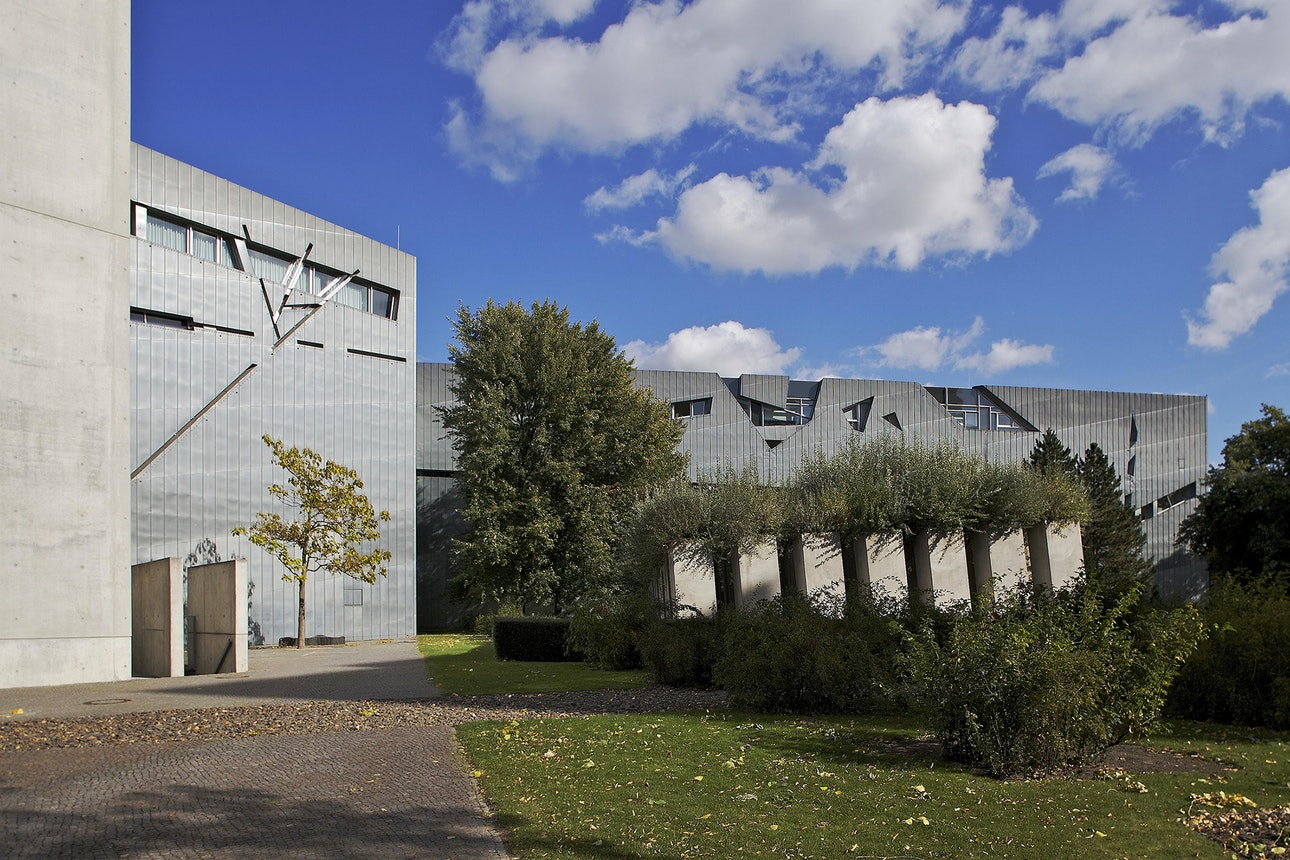 15_holocaust_memorials_world