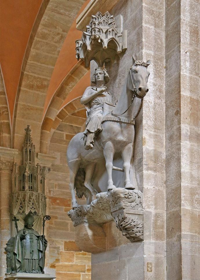 Созданный в первой половине XIII века неизвестным скульптором, каменный всадник является одним из самых известных произведений искусства эпохи Средневековья