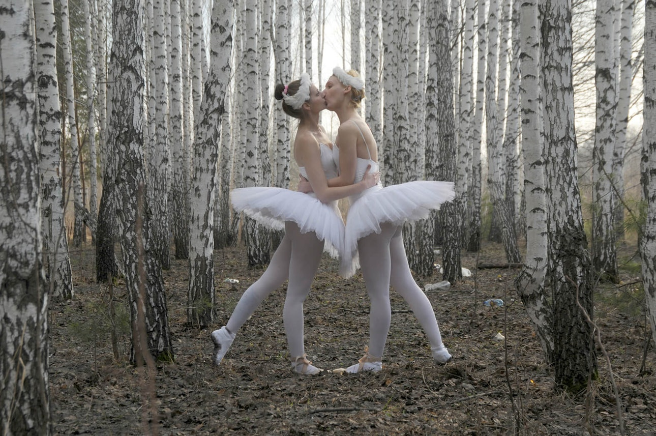 Kissing ballerinas (1)