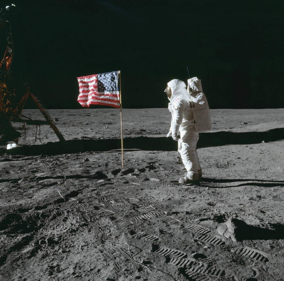 apollo_11_flag_on_the_moon_w_aldrin_as11-40-5874